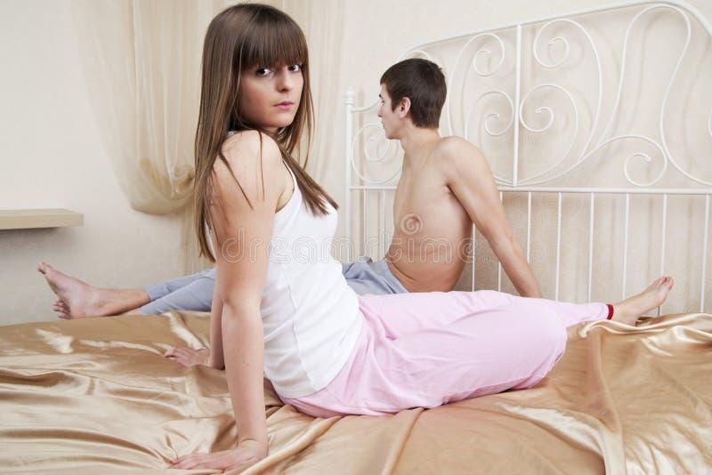 junge Paare nach einem Streit stockfotografie