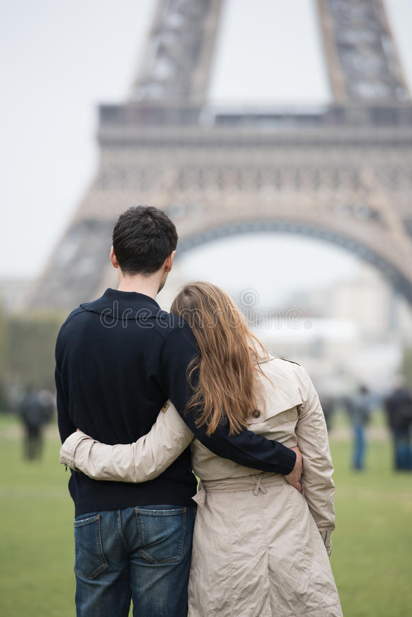 Junge Paare in Paris lizenzfreies stockbild