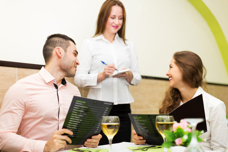 Junge Paare am Restaurant lizenzfreies stockbild