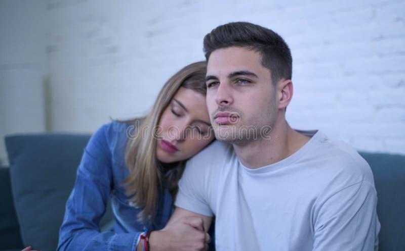 Junge Paare 20s mit dem Mann traurig und deprimiertes leidendes defektes Herz und Freundin der Schmerz möglicherweise, die ihrem  stockfotos