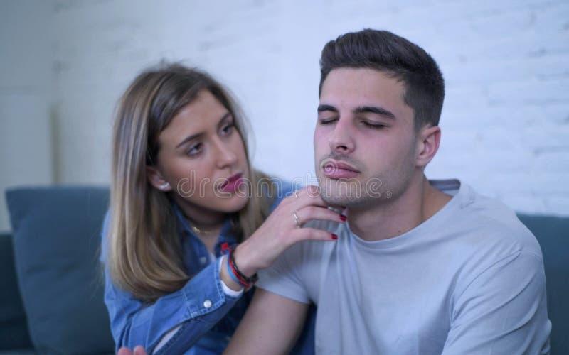 Junge Paare 20s mit dem Mann traurig und deprimiertes leidendes defektes Herz und Freundin der Schmerz möglicherweise, die ihrem  stockfoto