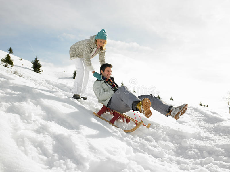 Junge Paare Sledding lizenzfreie stockfotografie
