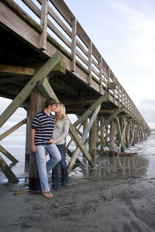 Junge Paare am Strand lizenzfreies stockbild