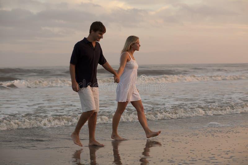 Junge Paare am Strand lizenzfreies stockfoto