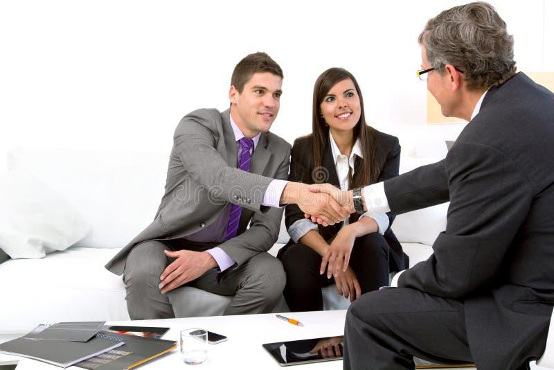 Junge Paare am Treffen des Finanzplaners. lizenzfreie stockfotos