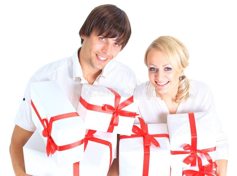 Junge Paare und Geschenk stockfoto
