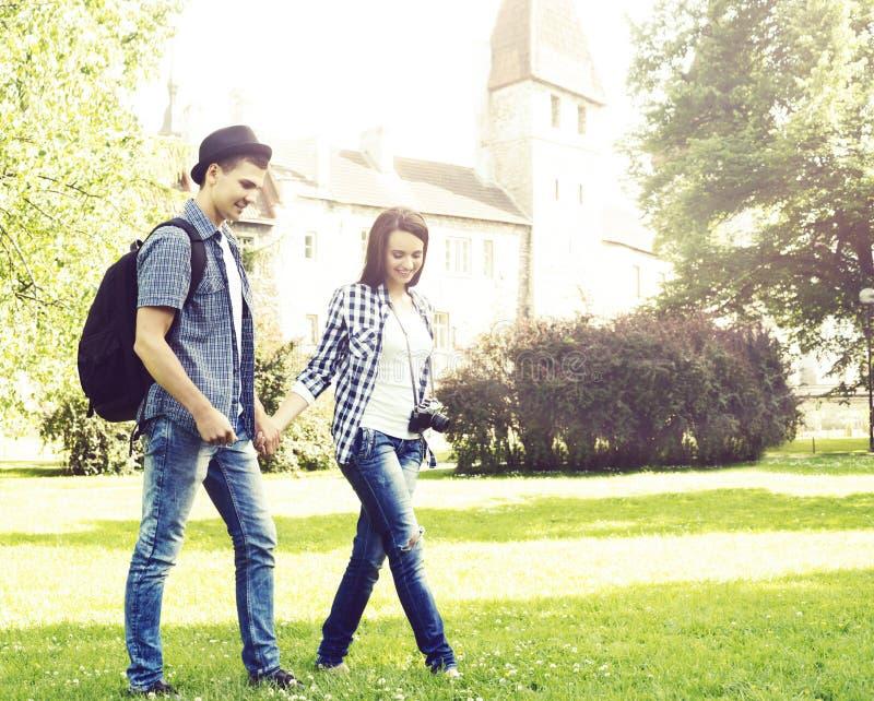 Junge Paare von Hippies: Gehen in Park nahe Schloss lizenzfreie stockfotos