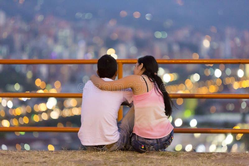 Junge Paare von Liebhabern in Medellin, Kolumbien lizenzfreie stockfotos