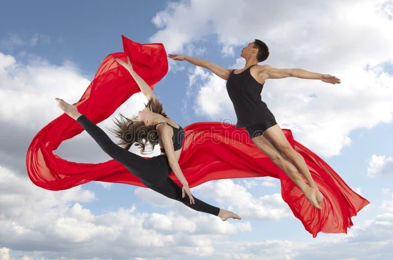 Junge Paare von Tänzerreihen des modernen Balletts Fotos stockfotos