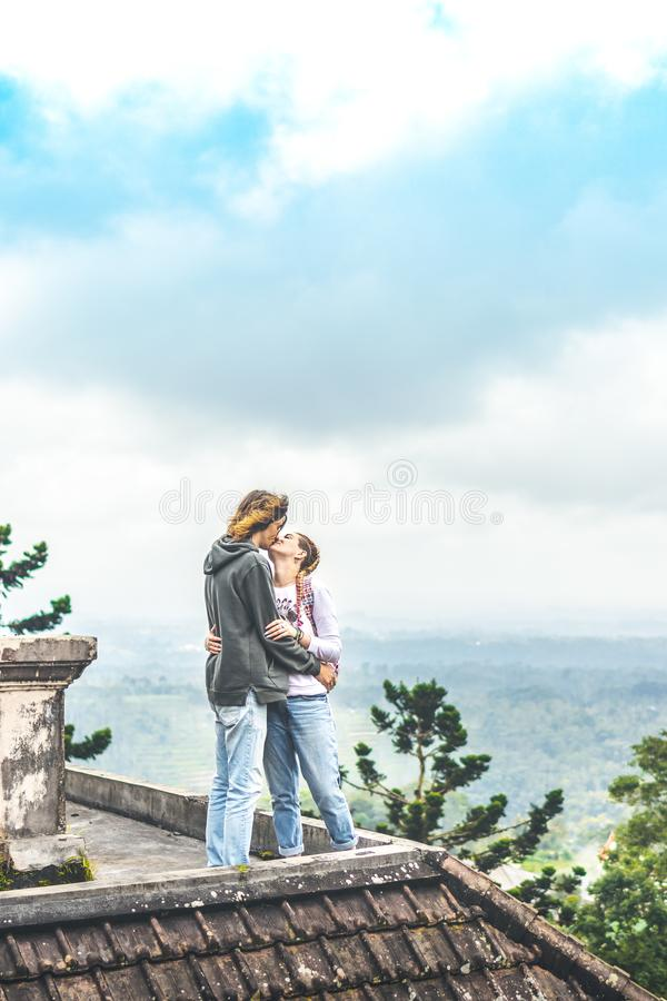 Junge Paare von Touristen in verlassenem Hotel auf dem Norden von Bali-Insel, Indonesien lizenzfreie stockbilder