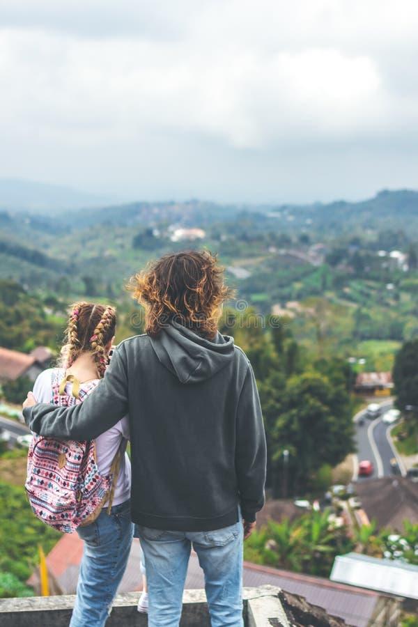 Junge Paare von Touristen in verlassenem Hotel auf dem Norden von Bali-Insel, Indonesien lizenzfreies stockfoto