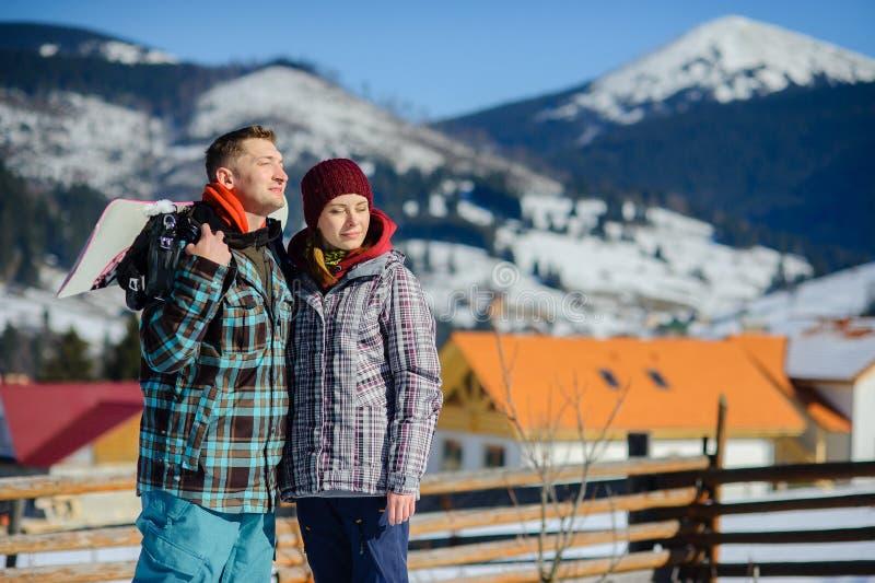 Junge Paare vor dem hintergrund einer Berglandschaft stockfotos