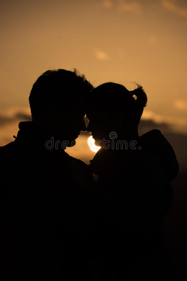 Junge Paare vor Sonnenuntergang stockbild