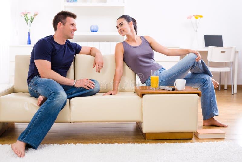 Junge Paare zu Hause stockbild