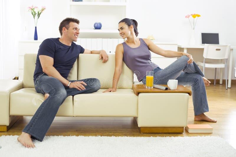 Junge Paare zu Hause stockbilder