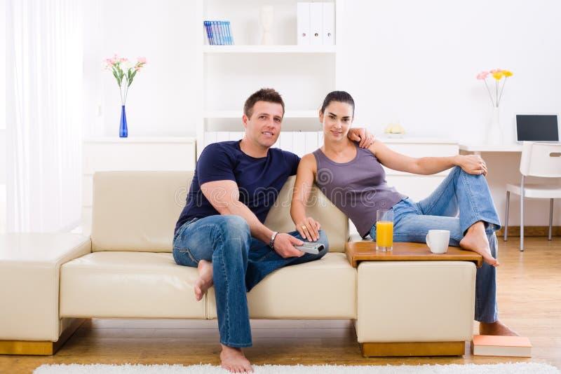 Junge Paare zu Hause lizenzfreie stockfotografie