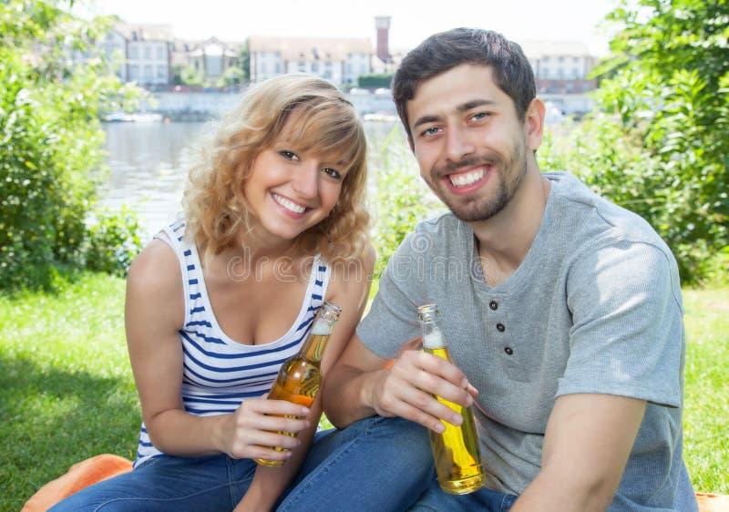 Junge Paarentspannung im Freien lizenzfreie stockbilder