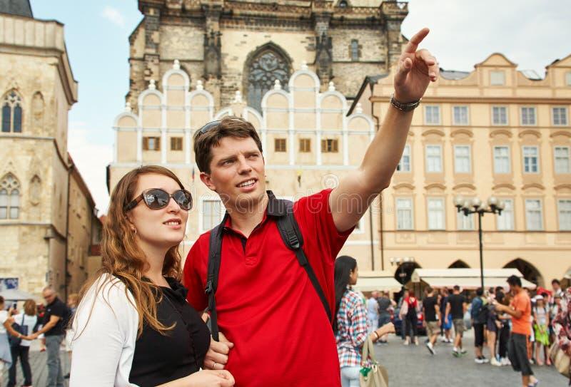 Junge Paarreisende, die auf eine Straße der europäischen Stadt gehen Besichtigungsreisender Prag, alter Rathausplatz stockbild