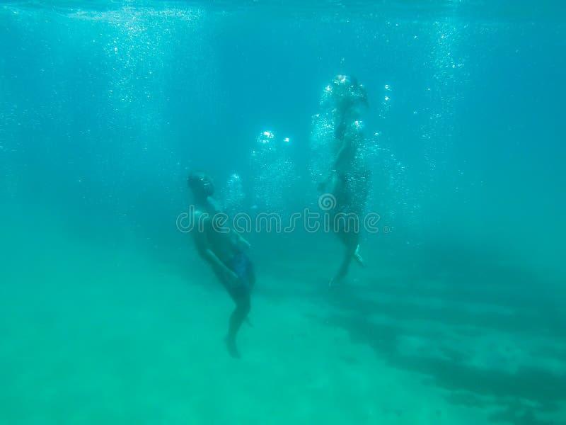 Junge Paarschwimmen in einem transparenten Ozeanwasser in Spanien stockfoto