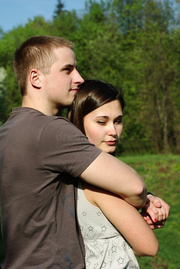 Junge Paarumfassung stockbild