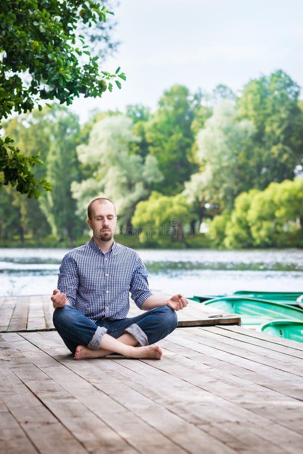 Junge panierten Mann mit den geschlossenen Augen, die am Sommermorgen sich entspannen und meditaing lizenzfreies stockfoto