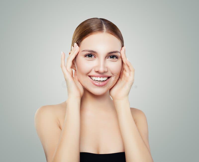 Junge perfekte Frau mit nettem Lächeln Kamera lachend und betrachtend lizenzfreie stockfotografie