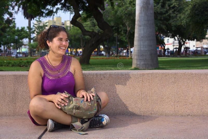 Junge Peruanische Frau Mit überkreuzten Beinen Stockfoto