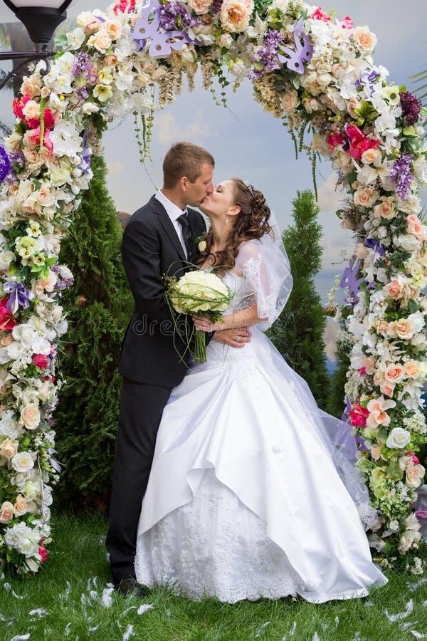 Junge pflegen sich und Braut lizenzfreie stockfotografie