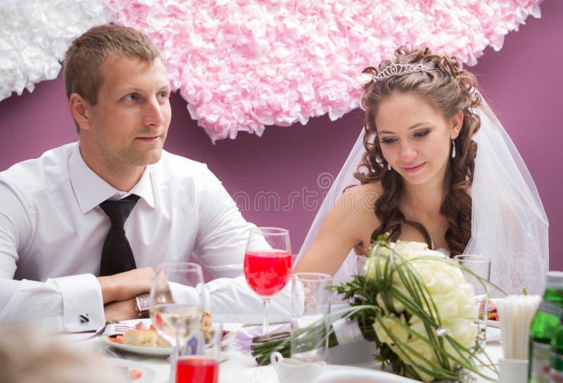 Junge pflegen sich und Braut stockbilder
