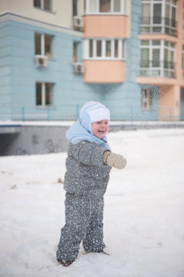 Junge playin im Schnee lizenzfreies stockfoto