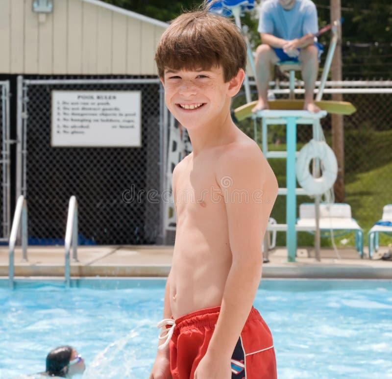 Junge am Pool lizenzfreie stockbilder