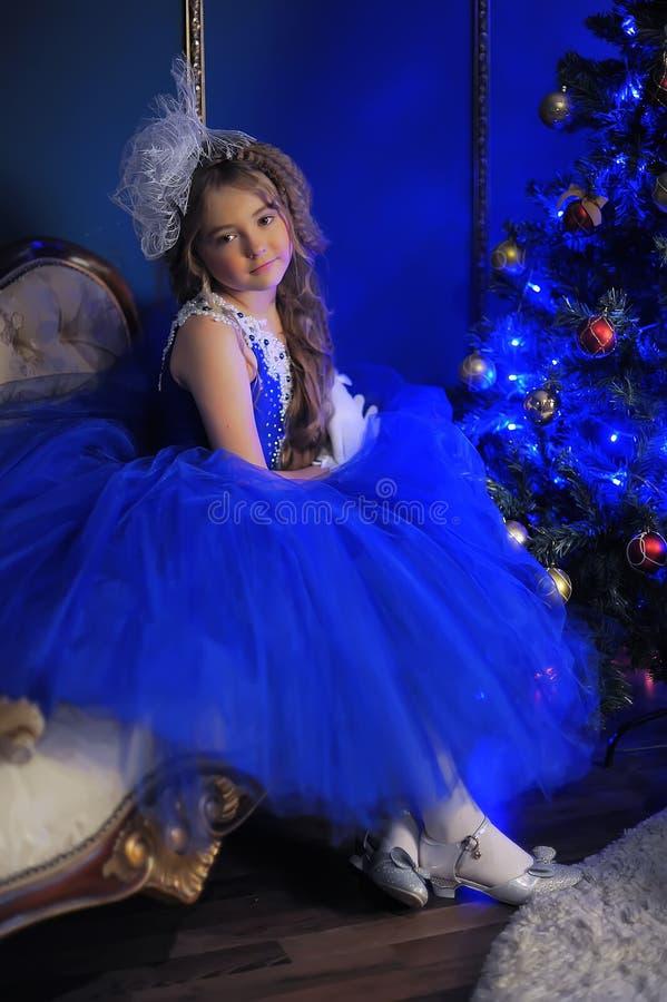 Junge Prinzessin in einem blauen Abendkleid stockfoto