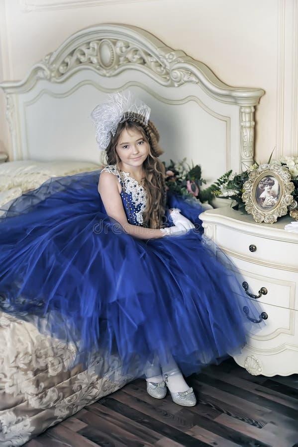 Junge Prinzessin in einem blauen Abendkleid lizenzfreie stockfotografie