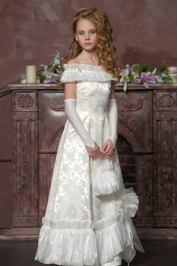Junge Prinzessin in einem weißen Kleid stockfotografie