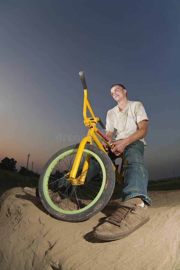 Junge Radfahreraufstellung lizenzfreie stockfotos