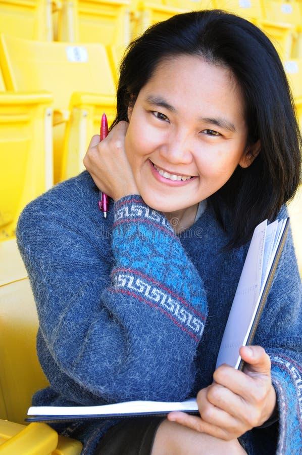 Junge-recht asiatischer Kursteilnehmer mit Buch lizenzfreie stockbilder