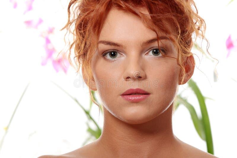 Junge Redheadfrau lizenzfreies stockfoto