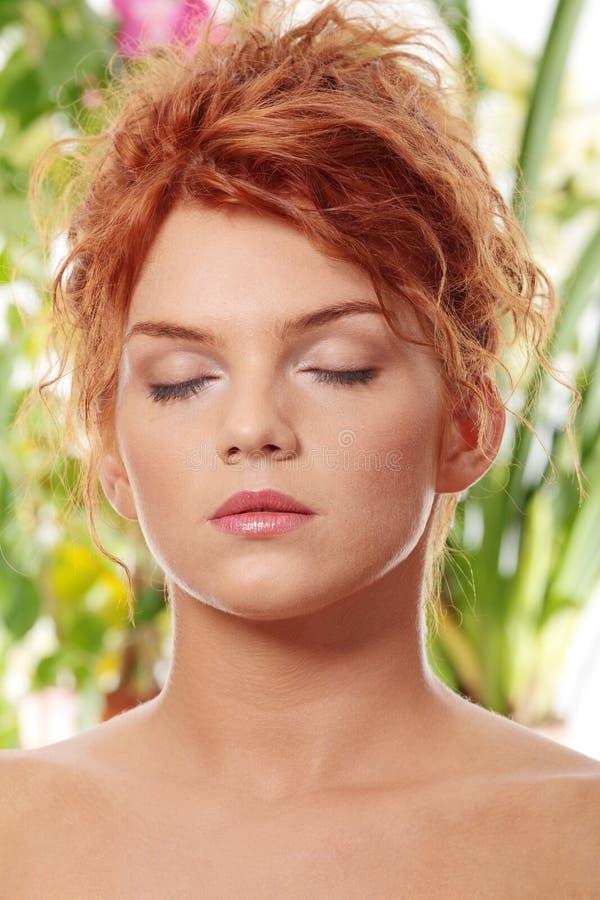 Junge Redheadfrau lizenzfreie stockfotografie