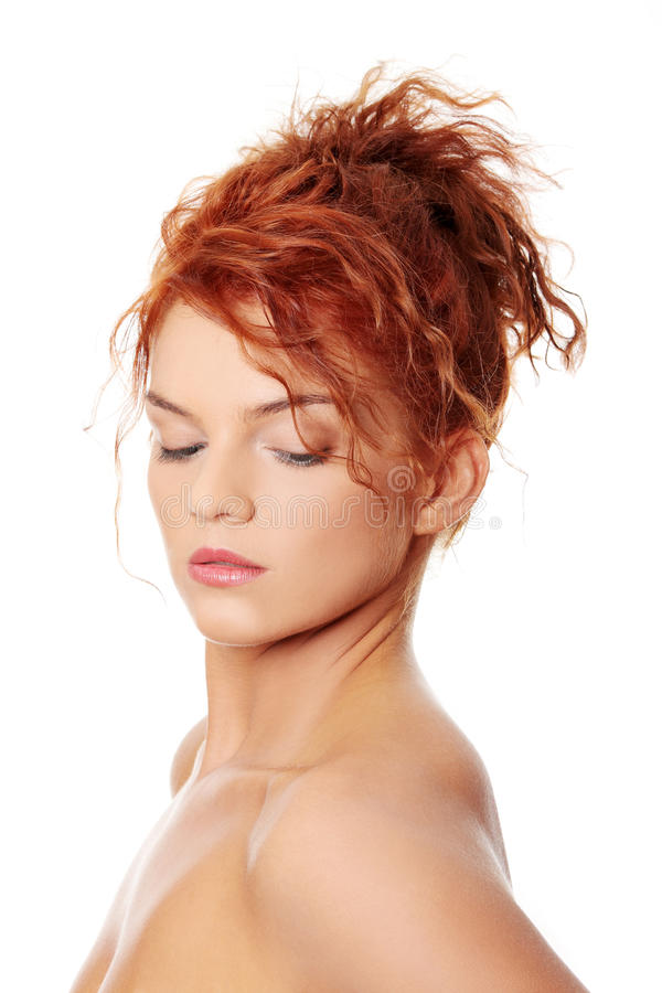 Junge Redheadfrau stockbild