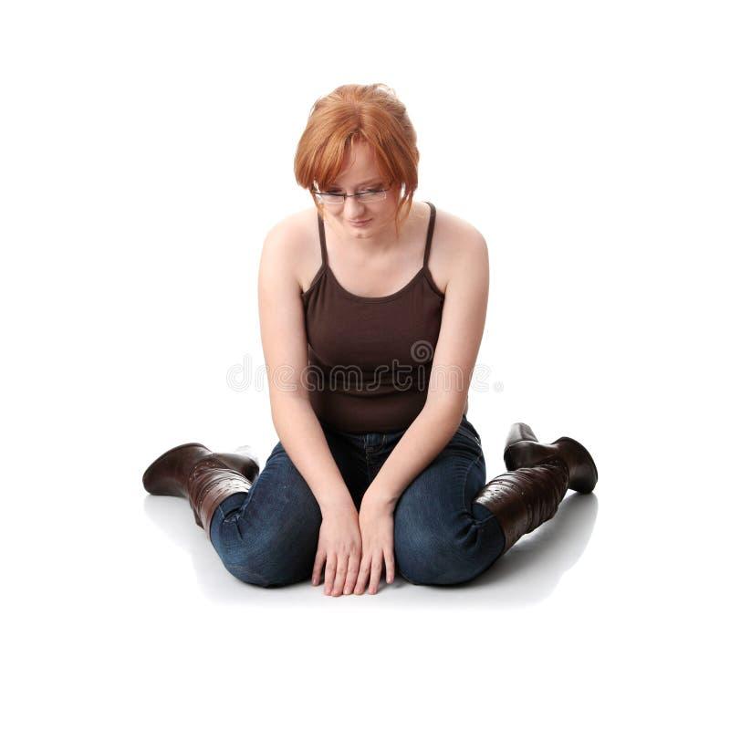 Junge Redheadfrau mit Tiefstand lizenzfreie stockfotografie