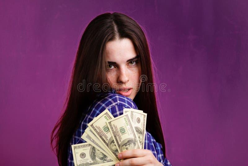 Junge Reiche mit Geld stockfoto