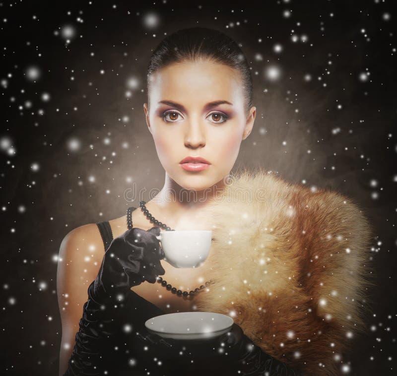 Junge, Reiche und Schönheit mit dem Tasse Kaffee stockfotos