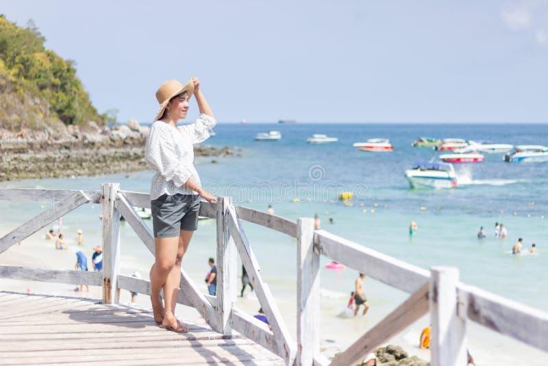 Junge reisende Frauen, auf dem Strand auf Sommer, Konzeptstrand auf Sommer sich zu entspannen lizenzfreies stockfoto