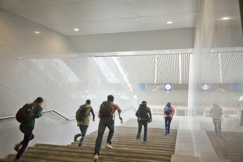 Junge Reisende, welche oben die Treppe laufen lassen stockbilder