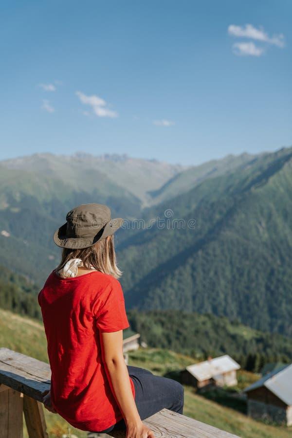 Junge Reisendfrau mit dem Hut, der Ansicht betrachtet stockfotos
