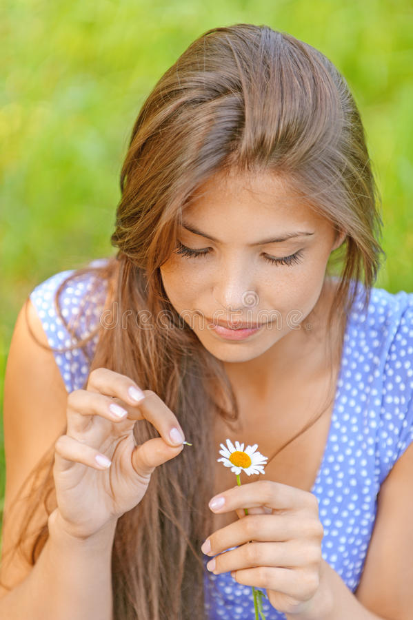 Frau wundert sich auf Blume lizenzfreie stockfotografie
