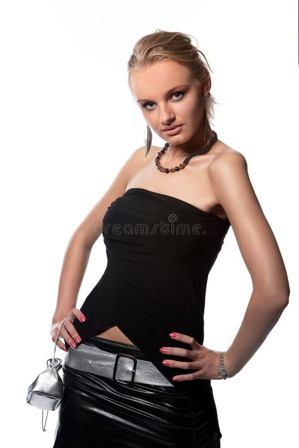 Junge reizvolle Blondine der Neigung mit kleinem Beutel lizenzfreies stockfoto