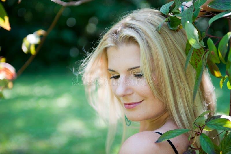 Junge reizvolle Frühlingsfrau mit gesunder reiner Haut lizenzfreie stockfotos