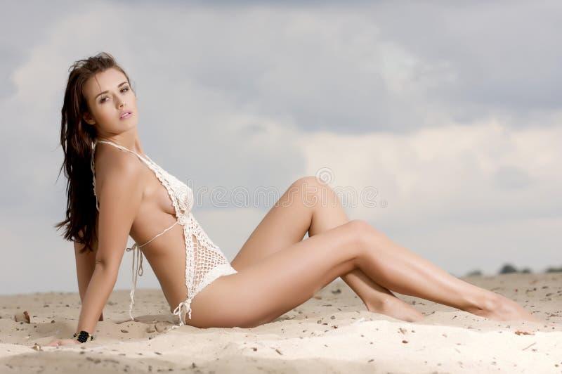 Junge reizvolle Frau der Art und Weise recht auf dem Strand stockfotos