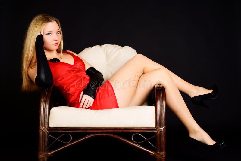 Junge reizvolle Frau im roten Kleid. stockfoto